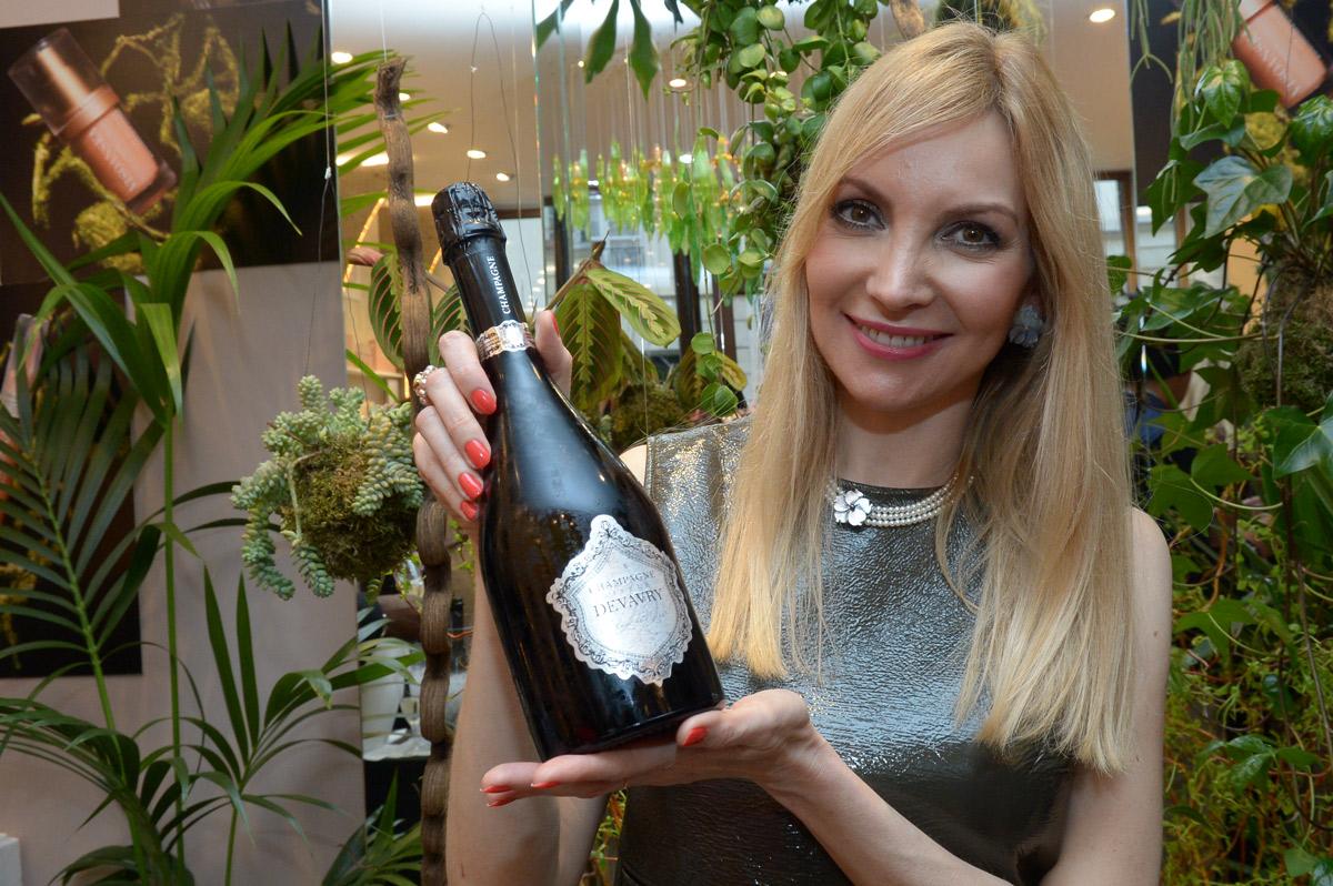 Elisabeth Visoanska présentant le champagne Devavry