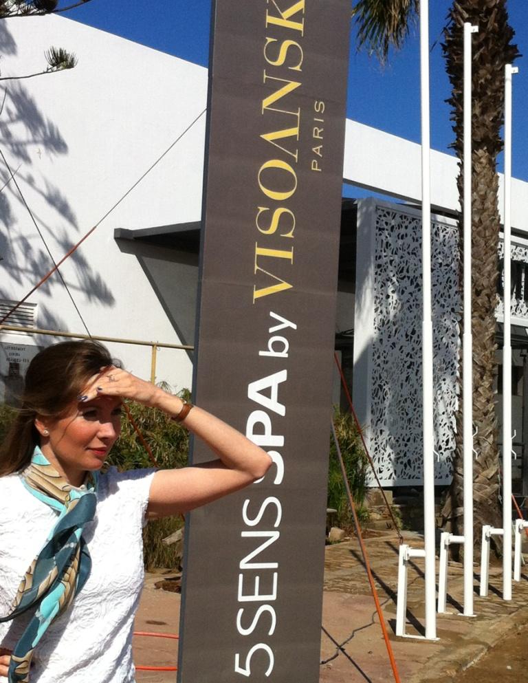 Elisabeth Visoanska devant l'Hotel des Arts à Casablanca