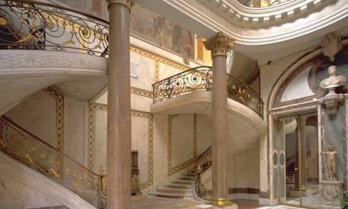 Le double escalier dans le Jardin d'hiver du musée Jacquemart André