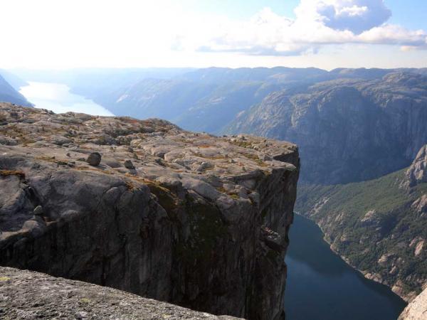 Grimpez la terrifiante montagne Kjerag en Norvège